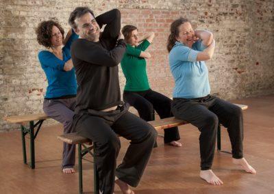 Quatre personnes explorent la mobilité potentielle de leurs épaules en lien avec leur cage thoracique